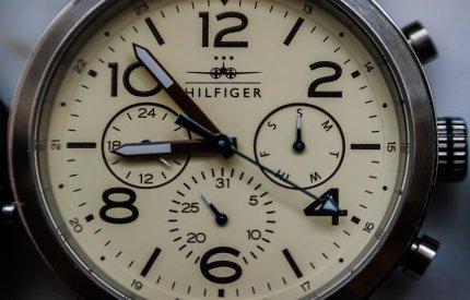 Męskie stylizacje z zegarkami Tommy Hilfiger